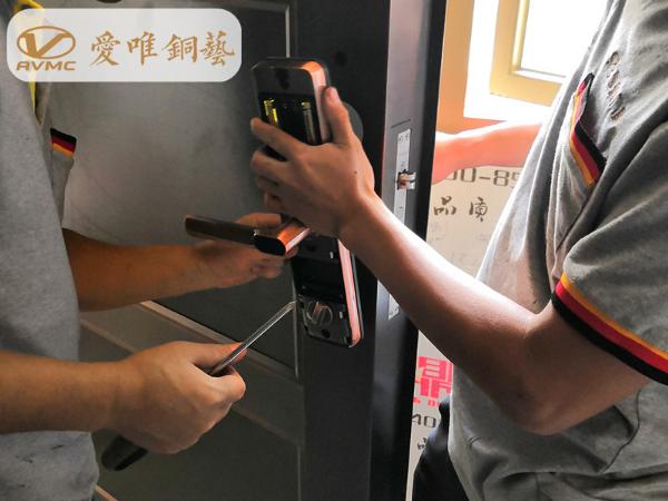 21年铜门专业制作厂家爱唯铜艺为您提供最专业铜门的安装方法